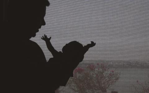 Oavsett hur surrogatmödraskap regleras så innebär det en syn på barn som varor och kvinnor som behållare, skriver debattörerna från kampanjen Feministiskt nej till surrogatmödraskap. Bild: Mahesh Kumar/AP/TT