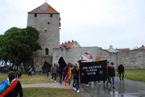50-tal motdemonstranter marscherade till Almedalen i protest mot Svenskarnas parti. Fler anslöt senare. Bild: Eigil Söderin