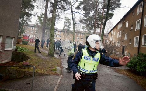 Förra lördagen lästes berättelserna upp vid en manifestation på Kärrtorps torg. Vittnesmålen har också samlats i en bok. Människorna på bilderna är inte personerna i texterna. Bild: Hampus Andersson/TT