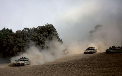 Israeilska tanks nära gränsen till Gaza. BILD: Dusan Vranic/TT