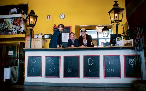Angelica, Helene och Adam väntar på att The non white artistic experience ska komma och börja repa sin akt. Bild: Mariela Quintana Melin