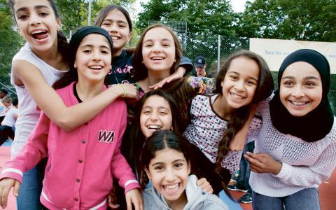 Isabella, Arina, Ronja, Lavin, Marioma, Racha och Marwa (längst till höger) är några av alla dem som har väntat på att 127-festivalen ska starta. Bild: Mariela Quintana Melin