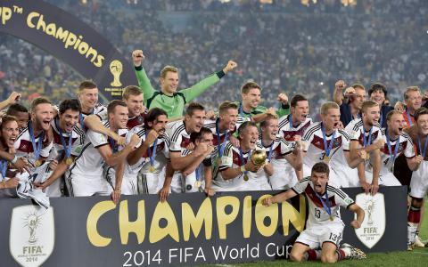 Segerrusiga tyskar efter vinsten i söndagens finalmatch mot Argentina. Men vem kammade hem de riktiga stålarna?  BILD: TT