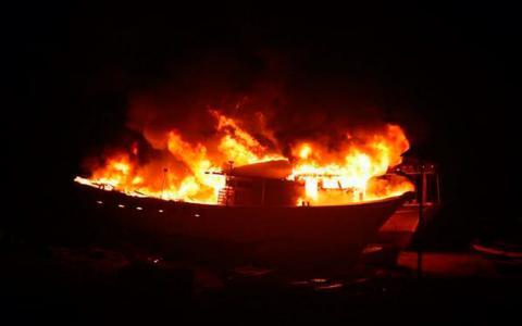 Fartyget Gaza's Ark fattade eld under gårdagsnatten. BILD: Muhammed M. Karbariti