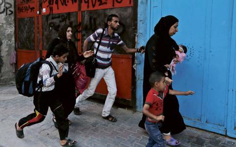 Palestinier i Gaza City flyr till skyddsrummet när de hör bomber på avstånd. BILD: Lefteris Pitarakis/TT