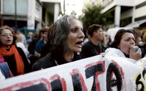 Kvinnorna har protesterat utanför finansdepartementet i tio månader. BILD: AP/TT