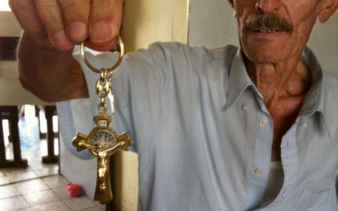 En äldre flykting visar upp en av få tillhörigheter som kom med från Mosul.  BILD: Thorkil Rothe