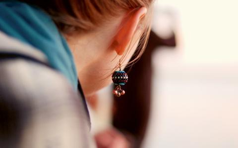 Antalet hörselskadade stiger. En orsak är den åldrande befolkningen, men försämrad ljudmiljö anses också bidra till att fler upplever sina hörselnedsättningar som besvärande.  År 2013 fanns det 164 000 hörselskadade i Skåne län. Bild: Amira Elwakil/flickr