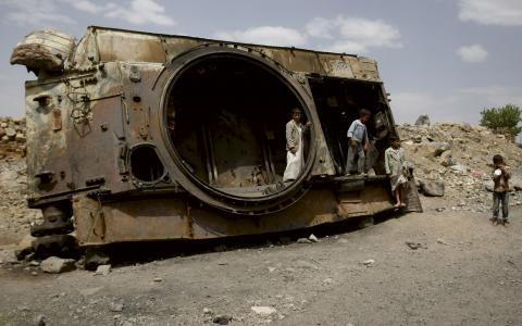 En av arméns tanks som förstörts av shiagruppen Al Houthi.  BILD: Hani Mohammed/AP