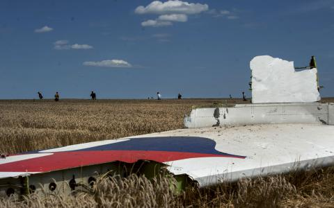En bit av det nedskjutna planet, MH17, ligger nära byn Hrabove i östra Ukraina. BILD: Evgeniy Maloletka/AP