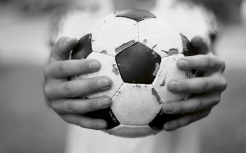 """""""Jag kan inte mycket om fotboll, men jag vet vilken viktig roll den har i arbetet med att lära goda värderingar till unga"""", skriver Arefeh Behbakht i veckans ledare."""