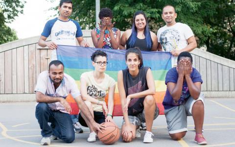 Några av medlemmarna i Newcomers poserar efter basketmatchen. Två av personerna döljer sina ansikten av rädsla för förföljelse. Bild: Leo Stolpe Törneman
