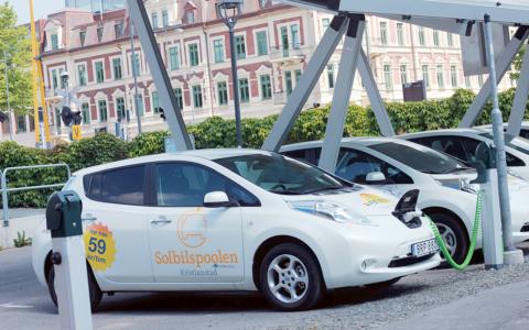 Sedan i maj har invånarna i Kristianstad möjlighet att nyttja solcellstaket där tio bilar får plats – fyra platser är reserverade för bilar i bilpooler. Bild: Marie-Louise Steiner