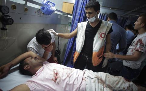 Skadade palestinier har under fredagen också tagits till akutmottagningen på Shifa-sjukhuset i Gaza City BILD: Khalil Hamra/AP Photo/Scanpix.