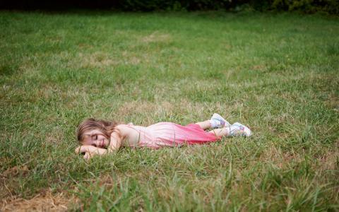 Sommaren är en tid för vila och återhämtning men i vårt samhälle är det en lyxvara som inte är till för alla. Bild: Jake Gamage/flickr