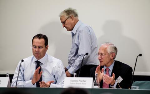 Konferens. Finansminister Anders Borg, Assar Lindbäck och Stanley Fisher på Finansdepartementets konferens.  Bild: Lars Pehrson/SVD/TT