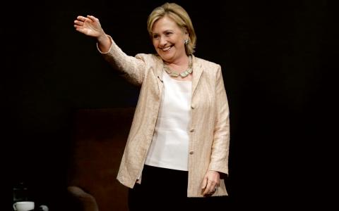 """""""Om man inte tar sig tid att vara människa och slappna av, att skämta lite och berätta en historia, kan man förlora perspektiv på vad man egentligen gör"""", säger Hillary Clinton. Bild: TT"""