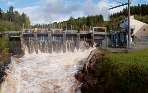 naturresurs. En rättmätig del av vattenkraftens värden ska stanna i berörda bygder, kommuner och regioner och bidra till utveckling, skriver Åse Blombäck och Staffan Nilsson.  Bild: Fortum