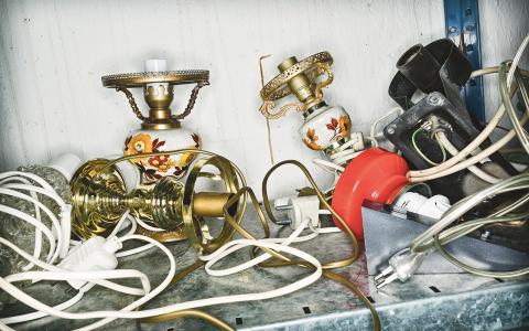 Fina, gamla lampor är populära loppisfynd – men elsäkerhetskraven var lägre när de tillverkades än de är idag.  Bild: EIO