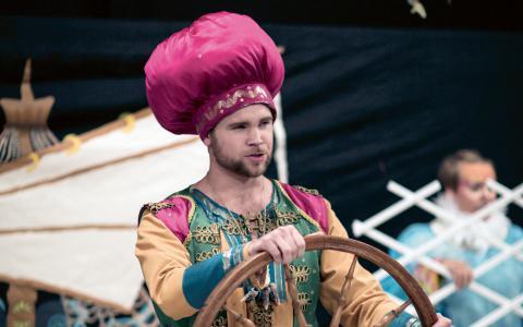 Sinbad sjöfararen sätts på prov i Henrietta Helldins och Johanna Oranens version av Tusen och en natt.