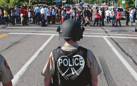 I lördags sköts 18-årige Michael Brown ihjäl av polis i staden Ferguson, USA. Dagarna efter har hundratals demonstranter samlats för att visa sin ilska. Bild: JB Forbes/AP/TT