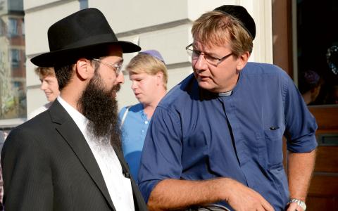 Rabbin Shneur Kesselman med Malmös kontraktsprost Anders Ekhem under en kippavandring.  Bild: TT