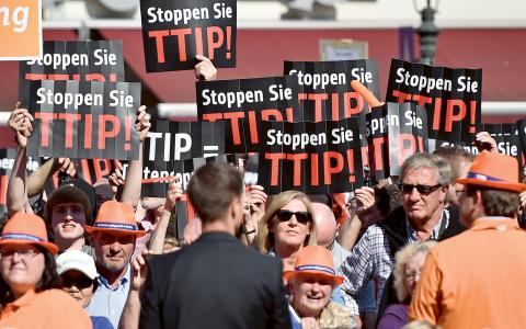 Tyska motståndare till TTIP protesterade mot avtalet vid parlamentsvalet i Düsseldorf i maj 2014.I Tyskland har avtalet lett till att svenska Vattenfall stämt Tyskland för landets kärnkraftsavveckling.  Bild: TT