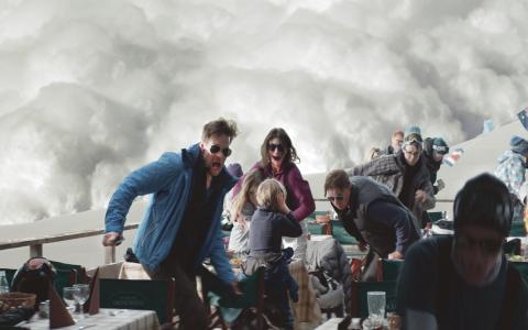 """Ruben Östlunds """"Turist"""" har möjligen ett slut för mycket – men det går lätt att ursäkta, menar Kristoffer Viita.   Bild: Plattform produktion"""