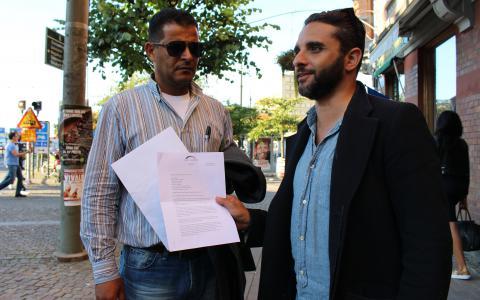 Ahmed Thabet och Haisam A-Rahman med protokollet från Migrationsverket.  Bild: Hanna Strömbom