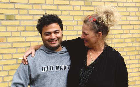 """Omar Mulhem från Damaskus kom till Simrishamn i början av juli. Han och många andra av flyktingarna på Simrishamns sjukhus kallar platschefen Lulu Mårtensson för """"Mama Lulu"""". Bild: Johan Augustin"""