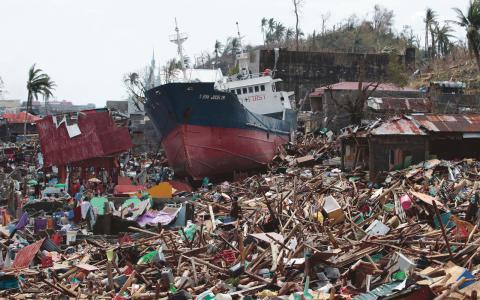 Katastrof. Tyfonen Haiyan tvingade en miljon filippiner på flykt förra året. Nästan tre gånger så många flydde från naturkatastrofer som från konflikter 2013.  Bild: Aaron Favila/AP/TT