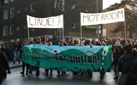 Frontbanderollen i den 16 000 personer stora demonstrationen i Kärrtorp 22:a december.  Foto: Linje 17