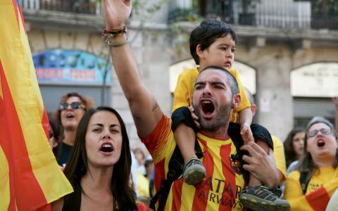 Oriol Ruíz med familj skrikeråt spanska nationalister att avlägsna sig.