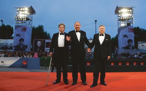 Roy Andersson (i mitten) tillsammans med skådespelarna Nils Westblom och Holger Andersson strax innan världspremiären under Venedigs filmfestival.  Bild: Andrew Medichini/AP/TT