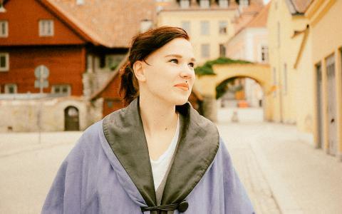 Lyra Ekström Lindbäcks nya Ett så starkt ljus, utforskar in i minsta detalj hur blickar, tonfall och gester uttrycker makt. I kärleksförhållanden såväl som i anonyma möten på gatan. Bild: Vide Koli