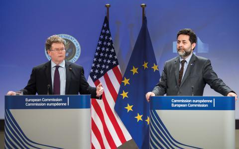 EU:s och USA:s  chefsförhandlare under en presskonferens  om TTIP-avtalet.  Bild: Geert Vanden Wijngaert/TT