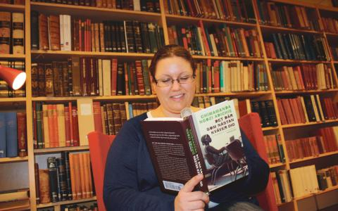 """Förvånad. Maria Tjärnbro är bibliotikarie på Stadsbiblioteket och är en av dem som läser högt på fredagarna. """"Vi blev lite tagna på sängen i början när det kom så många"""", säger hon.  Bild: Mirja Mattsson"""