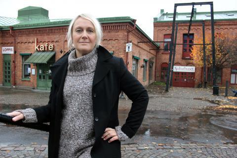 """""""De flesta lokaler är så dyra och det är svårt att hitta lokal till en så stor grupp, vi hade inte direkt någon lista att välja och vraka ifrån"""", säger Karin Seiborg, körledare för Badrumskören som numera övar på Kulturhuset. BILD: THOMAS JOKINIEMI"""