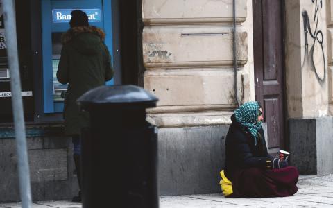 """""""Med den svenska välfärdsstaten byggdes, trots sina brister, det mest anständiga samhälle vi känner till. Människor skulle inte behöva tigga"""", skriver Jimmy Sand. Bild: Fredrik Sandberg/TT"""