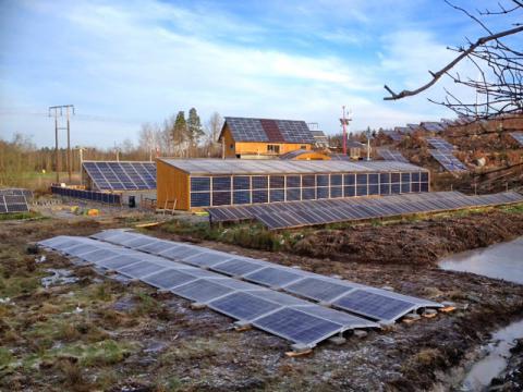 Liggande östvästlig ställning med solceller bredvid vår lilla sjö vid Egen elsparken i Katrineholm.