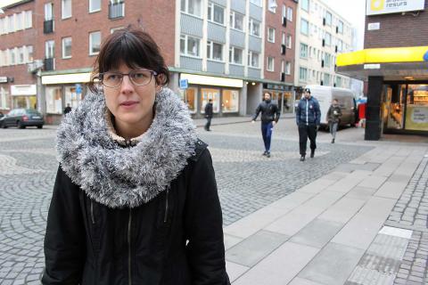 Korsningen saknar övergångsställen och orsakar problem för synskadade Paulina Lallerman. BILD: THOMAS JOKINIEMI