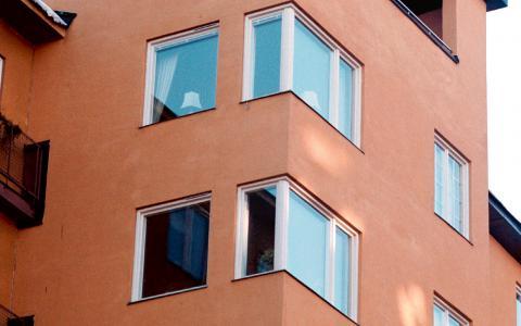 """I Örebro kommun finns en parkeringsnorm som kräver att fastighetsägare som vill bygga nya bostäder samtidigt måste bygga parkeringsplatser. """"Absurt"""", tycker debattörerna.  """"Det är dags för rättvisare och klimatvänligare bostadsbyggande.""""  Bild: FREDRIK PERSSON/TT"""
