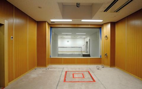 I Japan döms fortfarande människor till döden genom hängning. Bilden visar en avrättningskammare med en fallucka markerad i rött framför vittnesrummet.