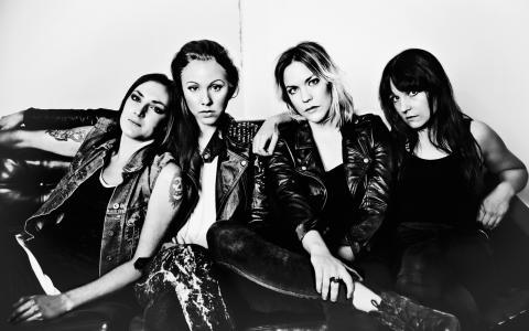 Punkrockare. Besserbitch består av Elsa Fogelström, Sanna Fuchs, Elin Andrée och Klara Persson.  Bild: Jasmin Storch