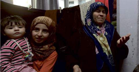 Den humanitära situationen är den värsta sedan andra världskriget i Syrien. Här syns flyktingar som tagit sig till Turkiet. Kvinnor och unga är viktigast för långvarig fred i landet, skriver Jennifer Unelius. Bild: Burhan Ozbilici/TT