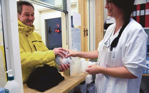 Malmö. Håkan Ohlsson tar emot ett paket sprutor och utrustning av sjuksköterska Anette Rigestam på sprutbytet i Malmö. Sprutbytesprogram finns nu i sex svenska städer – Göteborgs socialdemokratiska politiker säger dock fortfarande nej. Bild: ERIKA OLDBER