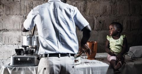 Artur Mondlane lagar mat tillsammans med dottern Arminda. Bild: Carlos Zaya