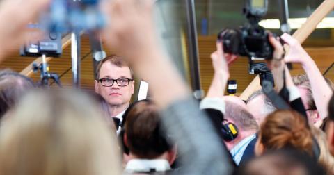 Centerpartiets Juha Sipilä möter pressen efter valet.  Bild: Jussi Nikari/TT/AP