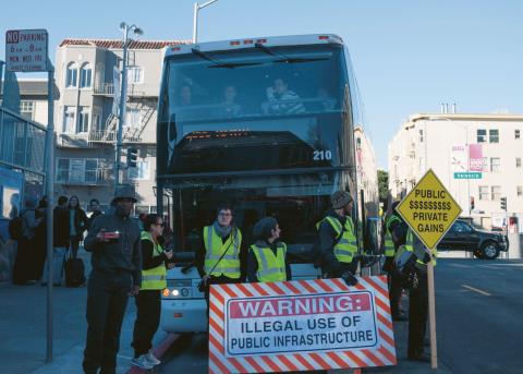 Googles pendelbussar mellan San Francisco och Silicon Valley har blivit en symbol för gentrifieringen och ojämlikheten i San Francisco. Här protesterar aktivister mot bussarnas då kostnadsfria användande av San Franciscos infrastruktur, 2013. Bild: cjmartin/CC BY 2.0