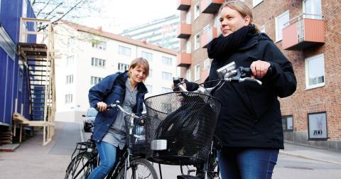 """""""Cheferna vill ju också ha friska, glada och trygga medarbetare men de har i sin tur inga förutsättningar för det. Inom kommunal sektor är det ändå ingen som sitter och vill tjäna pengar, det handlar bara om att klara budget"""" säger Emma Kling, till höger. Bild: Hanna Strömbom"""